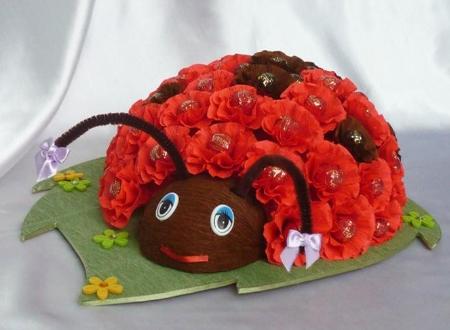 божья коровка из бумажных цветов с конфетами