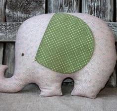 Ситцевый слон с поднятым хоботом.