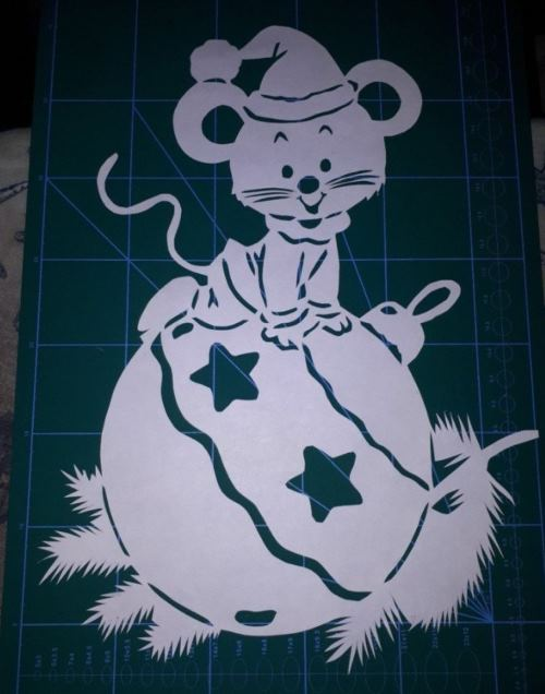 мышонок на шаре